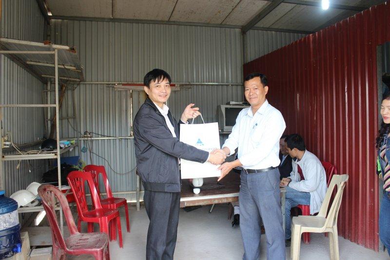 Công đoàn Tổng công ty cổ phần xây dựng công nghiệp Việt Nam và Công đoàn Công ty cổ phần xây lắp và sản xuất công nghiệp thăm và tặng quà CBCNV người lao động